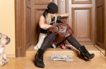 Frau vor verschlossener Türe sucht Schlüssel - Schlüsseldienst für Reutlingen hilft